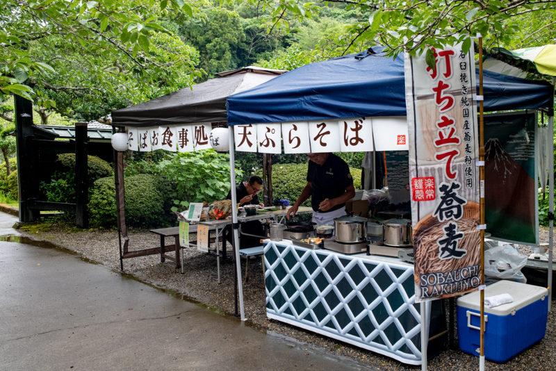 神社での蕎麦屋台